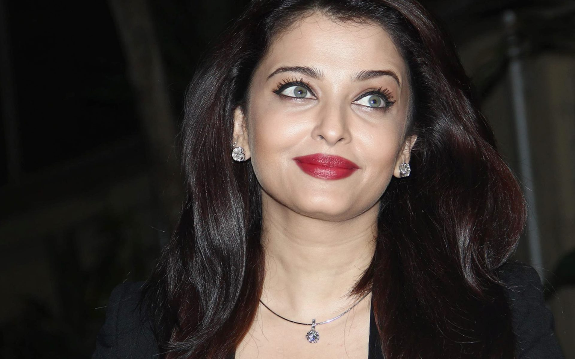 attractive smile aishwarya rai desktop wallpapers download