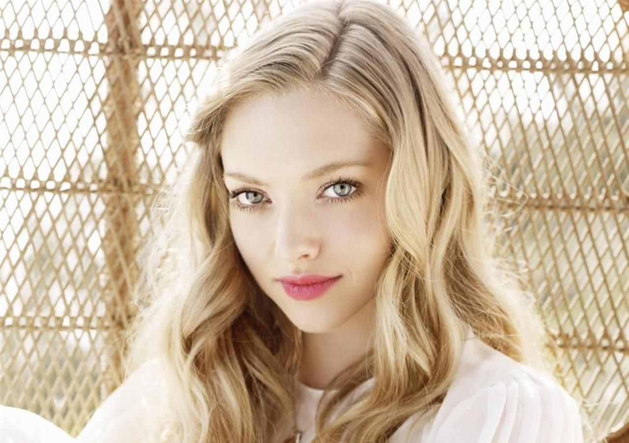 Amazing Amanda Seyfried Look Desktop Hd Mobile Free Background Wallpaper
