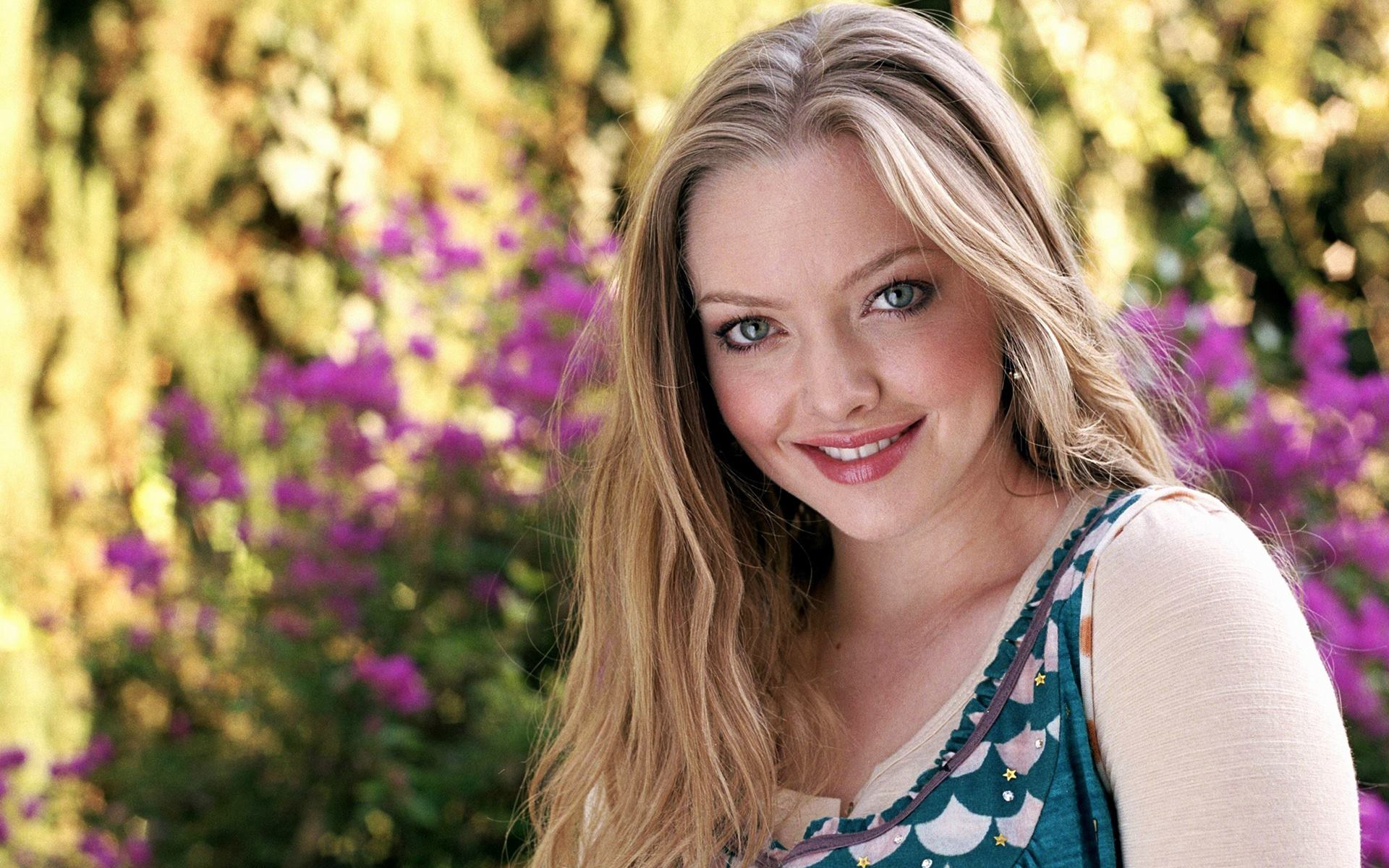 beautiful amanda seyfried laugh look download free hd photos