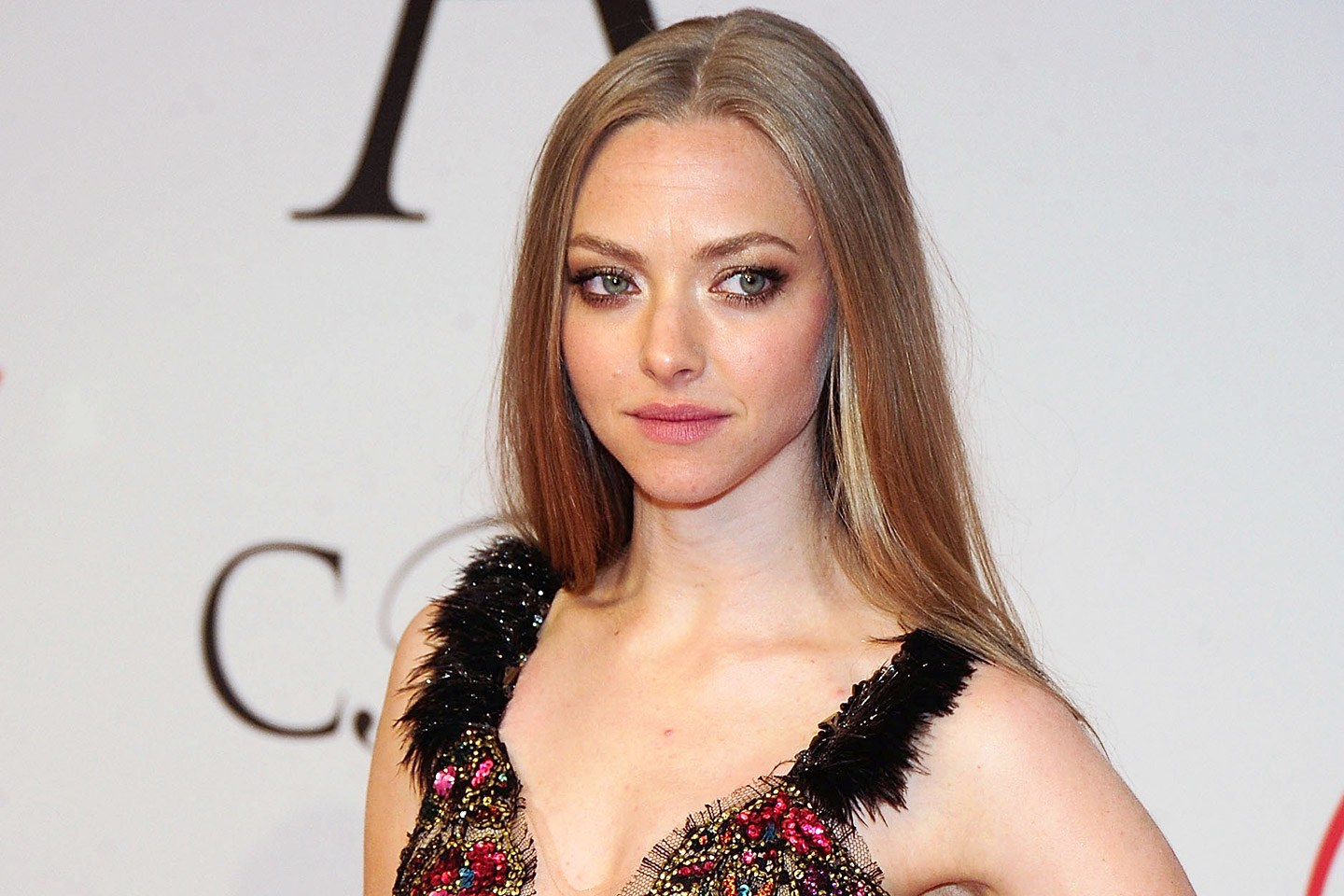 Cute Amanda Seyfried Style Mobile Free Download Hd Photos