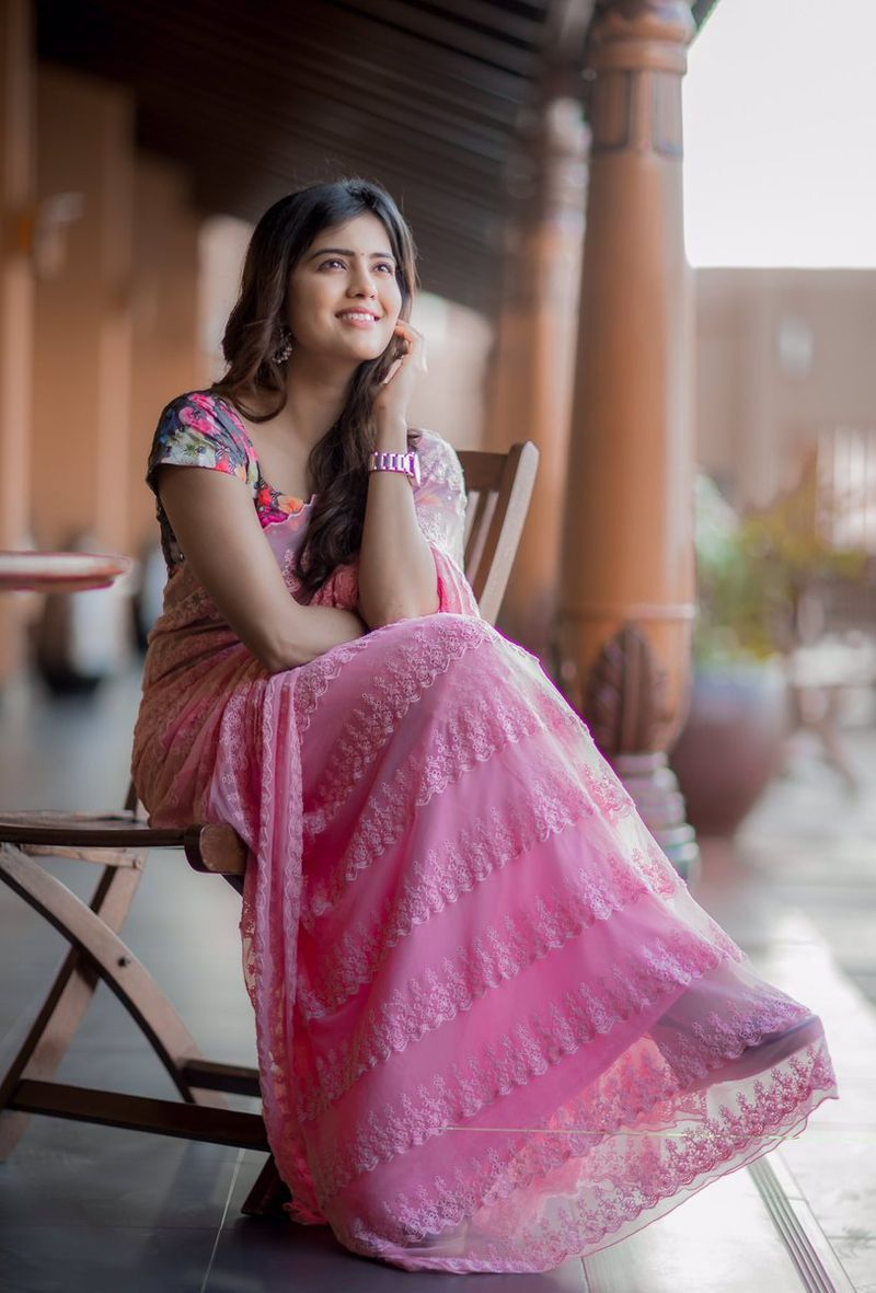 amritha aiyer beautiful saree hd images wallpapers