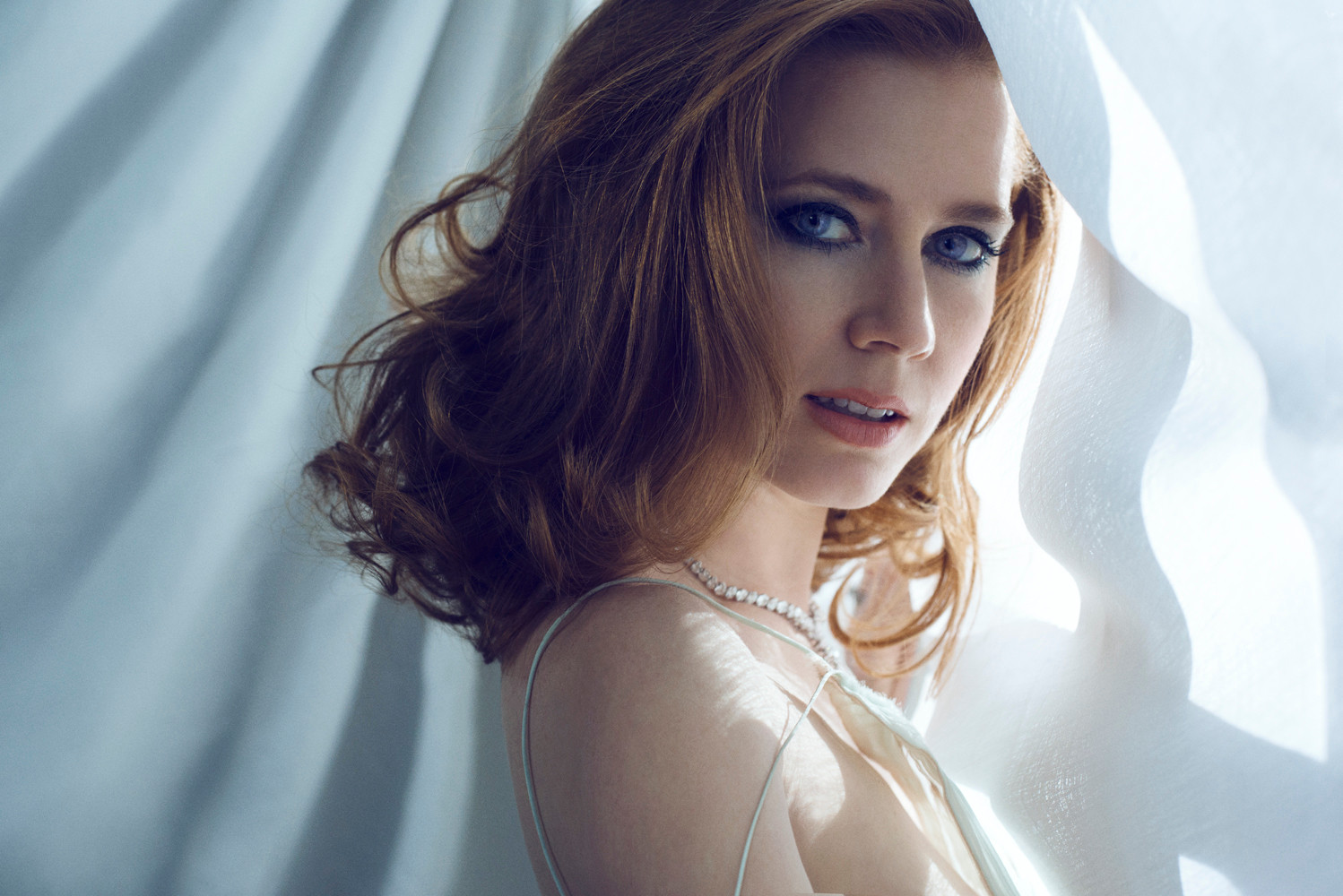 amazing amy adams stunning side look pose still background hd mobile desktop images free