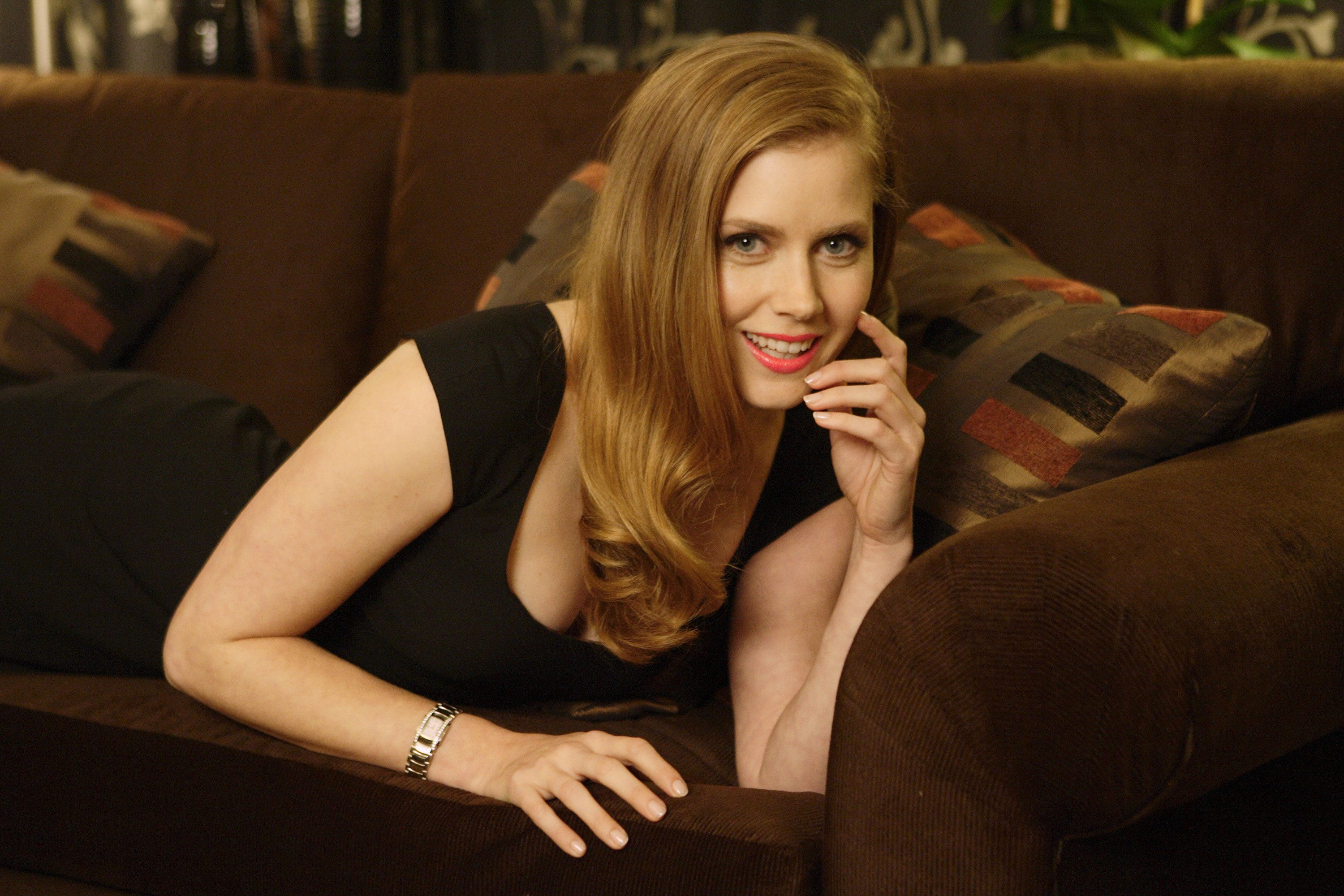 beautiful amy adams excellent still in sofa pose background free desktop hd mobile images