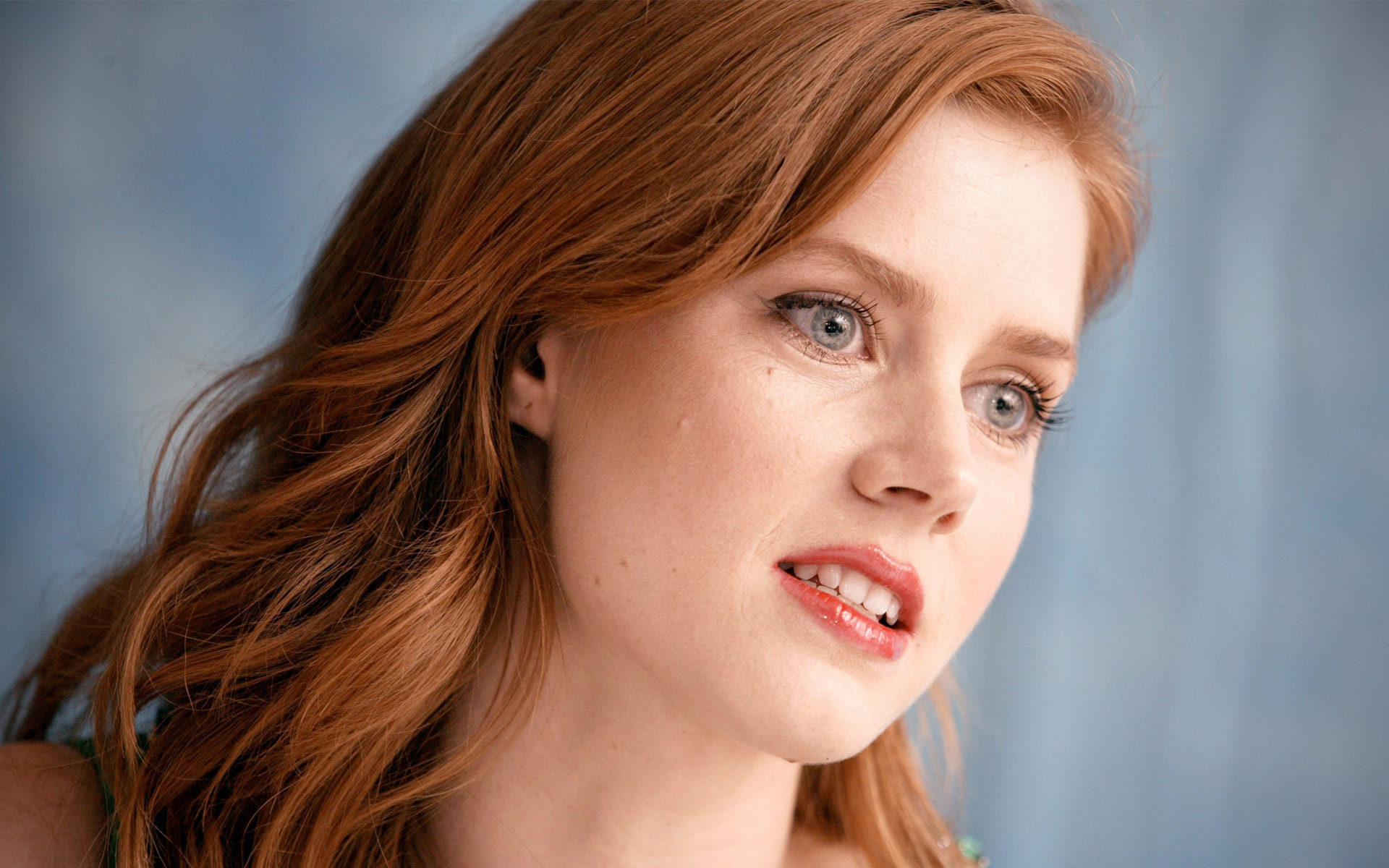 lovely amy adams taking somethink and smile look mobile free background download laptop images hd