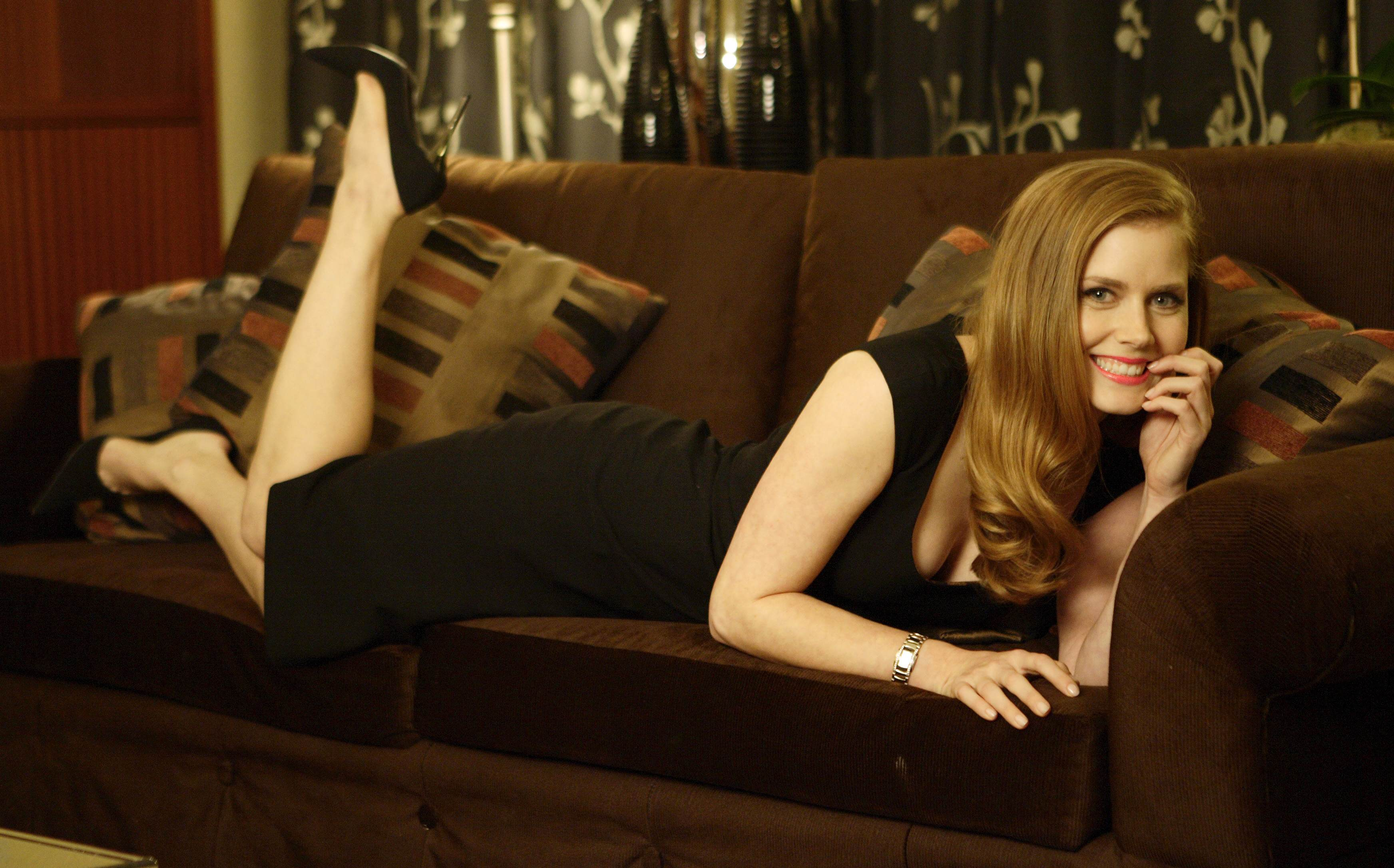 Nice Amy Adams Cute Smiling Face Look In Sofa Background Free Mobile Desktop Pics Hd