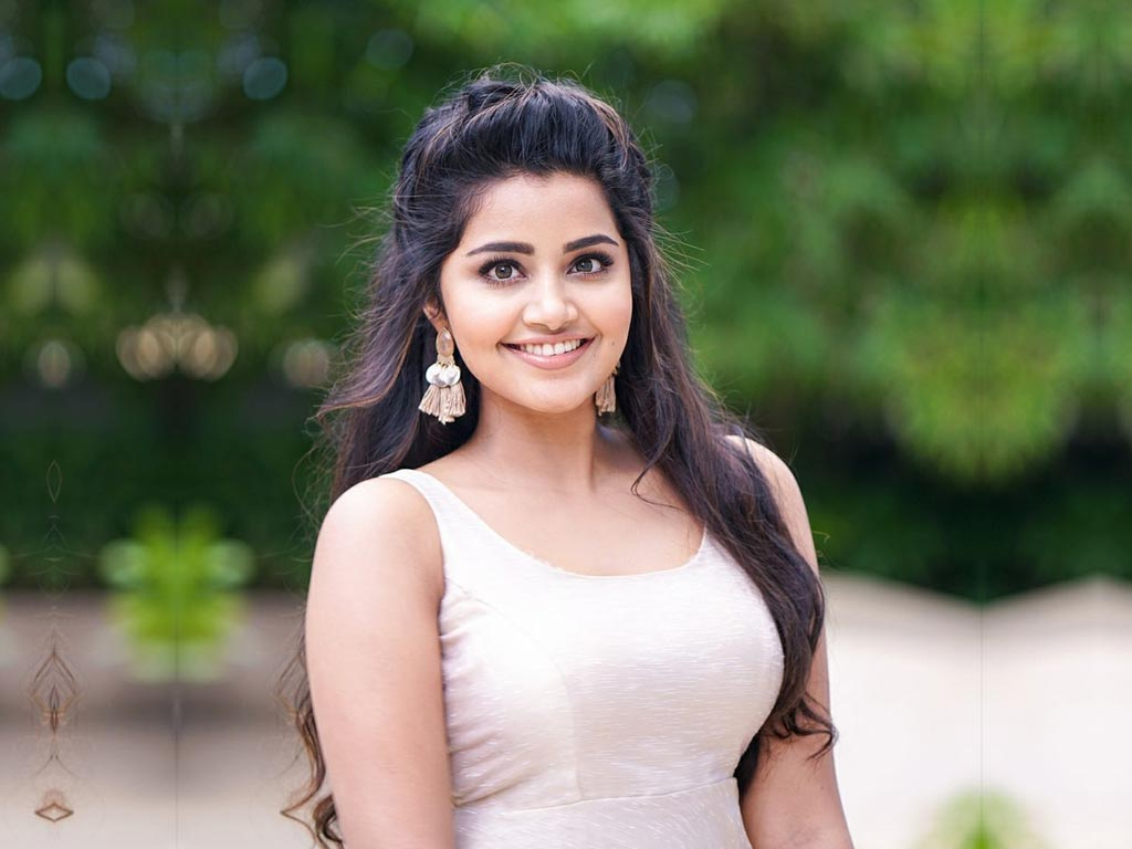anupama parameswaran hd nice looking pics download