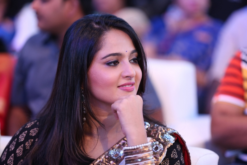 anushka shetty homely look free wallpaper