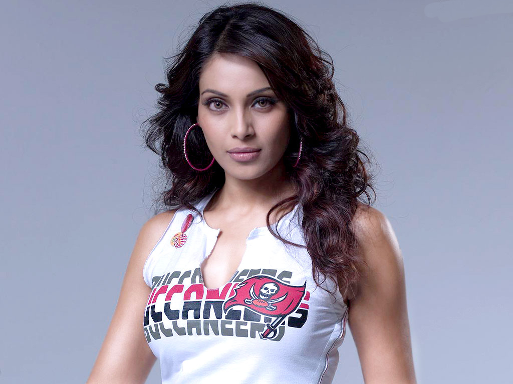 cute bipasha basu stylish look free hd download laptop photos