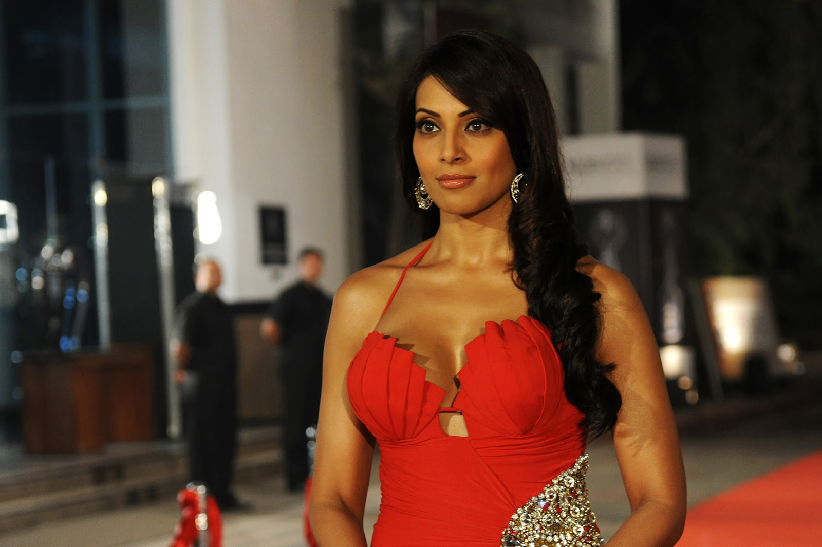 stunning bipasha basu cute look hd background free wallpaper desktop mobile