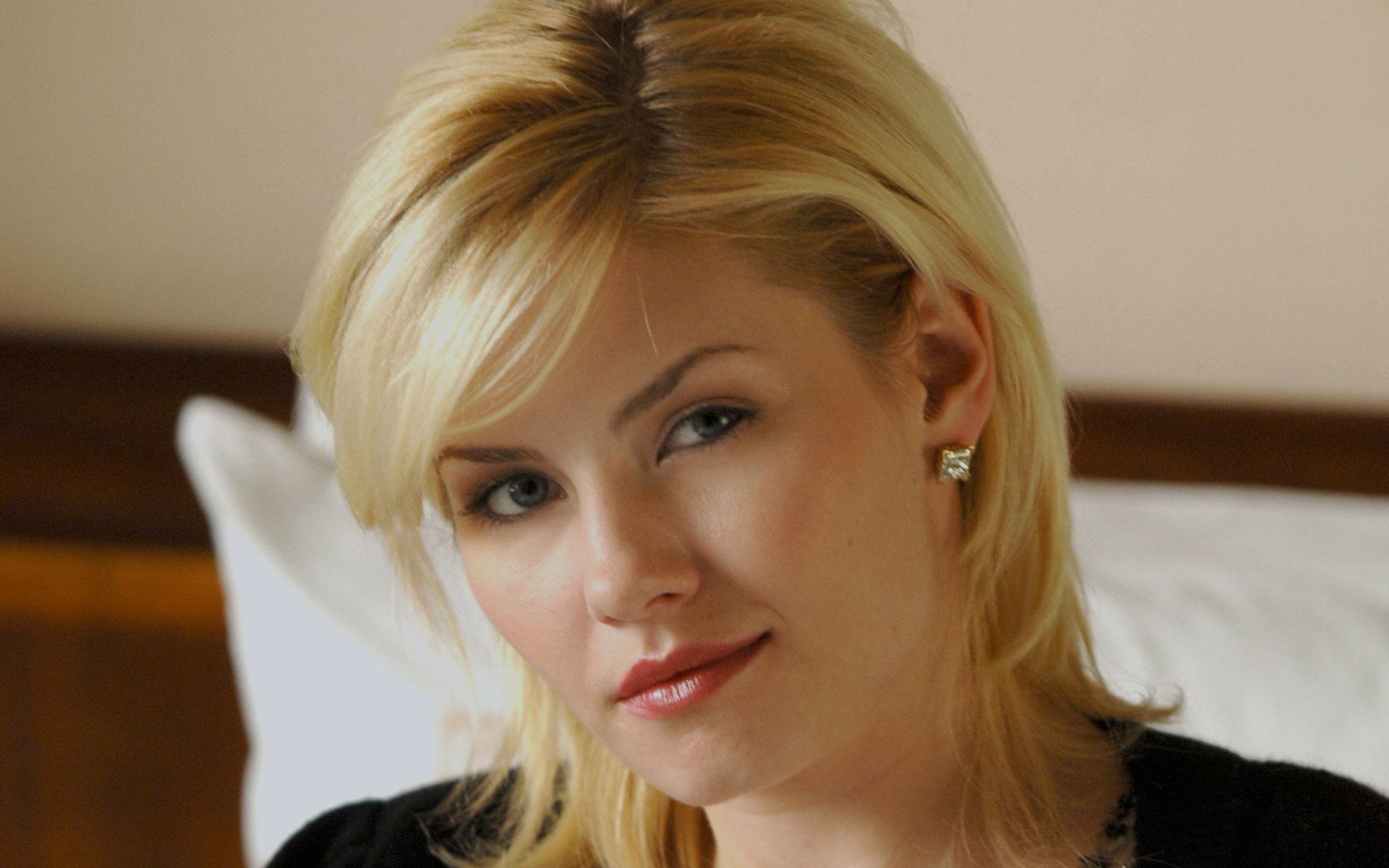 Elisha Cuthbert Download Lovely Wallpapers For Mobile