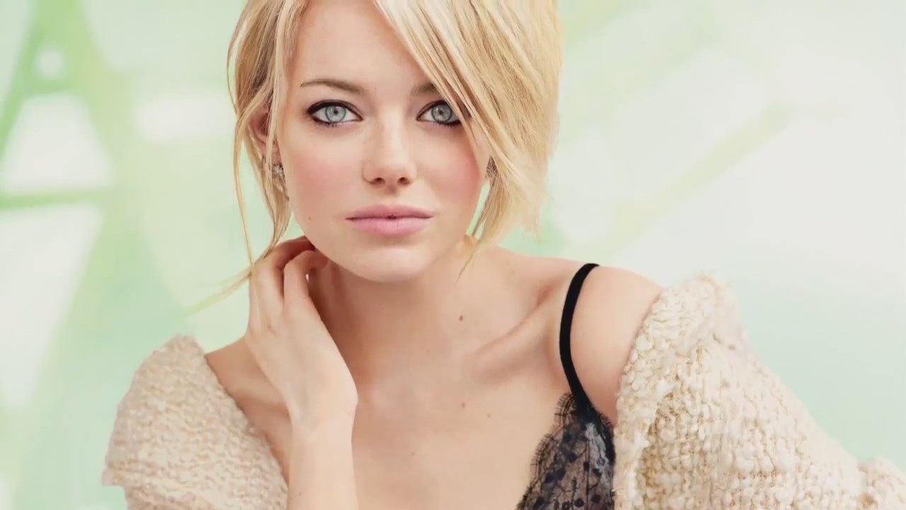 emma stone lovely showing apple in hand still pose free background mobile hd download wallpaper