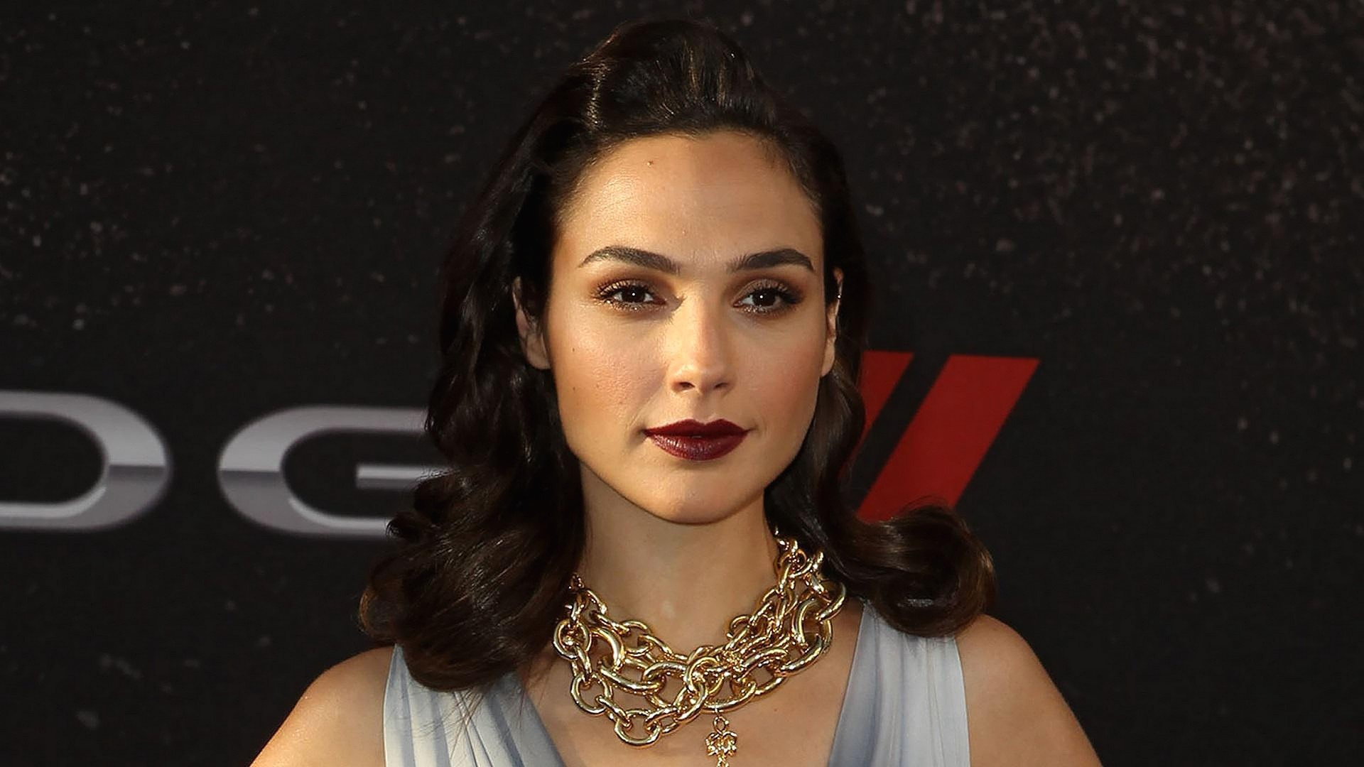 Hd Gal Gadot Cute Smile Face Look In Function Background Mobile Desktop Free Images