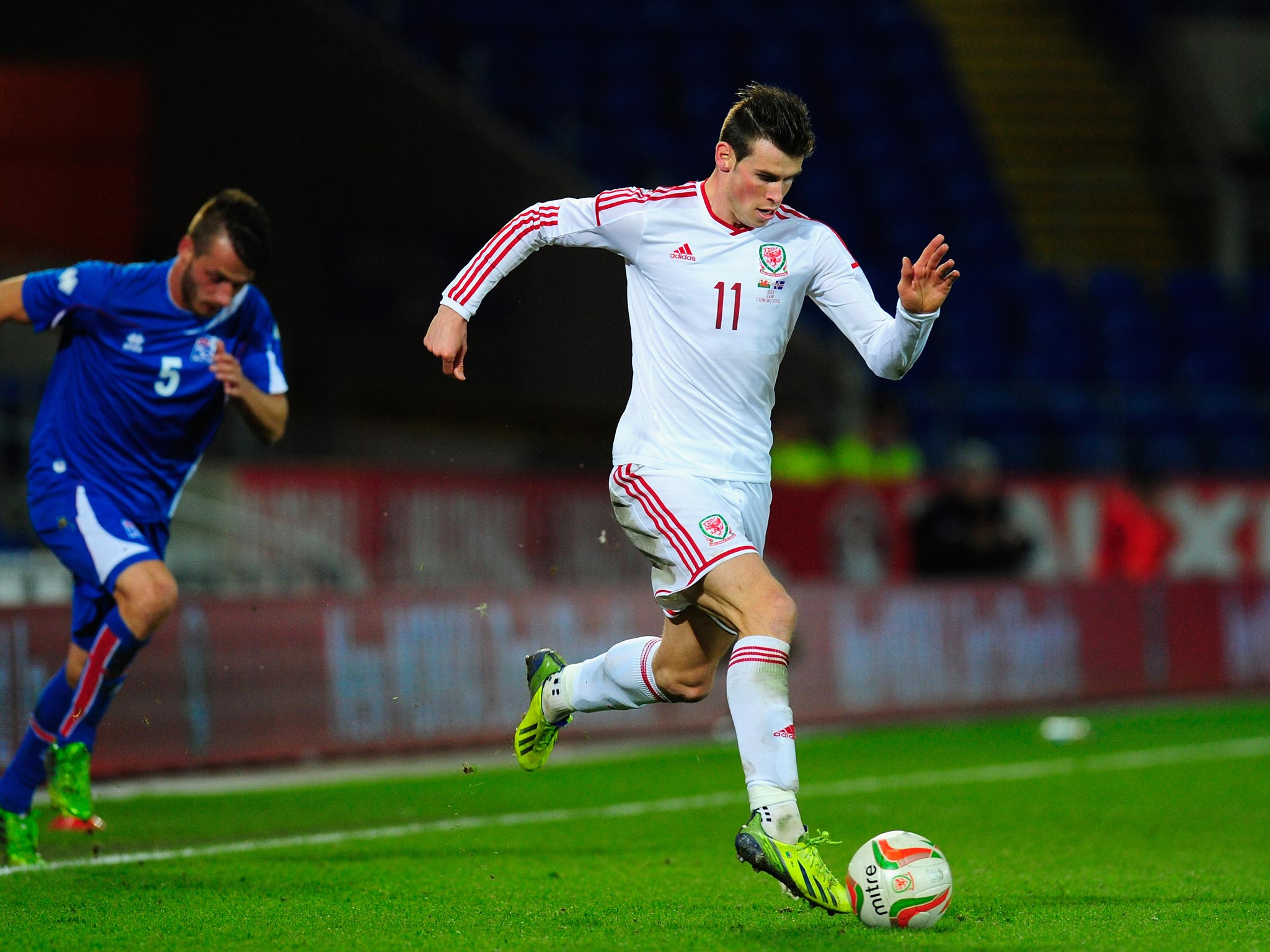 gareth bale taking ball to goal free mobile hd photos