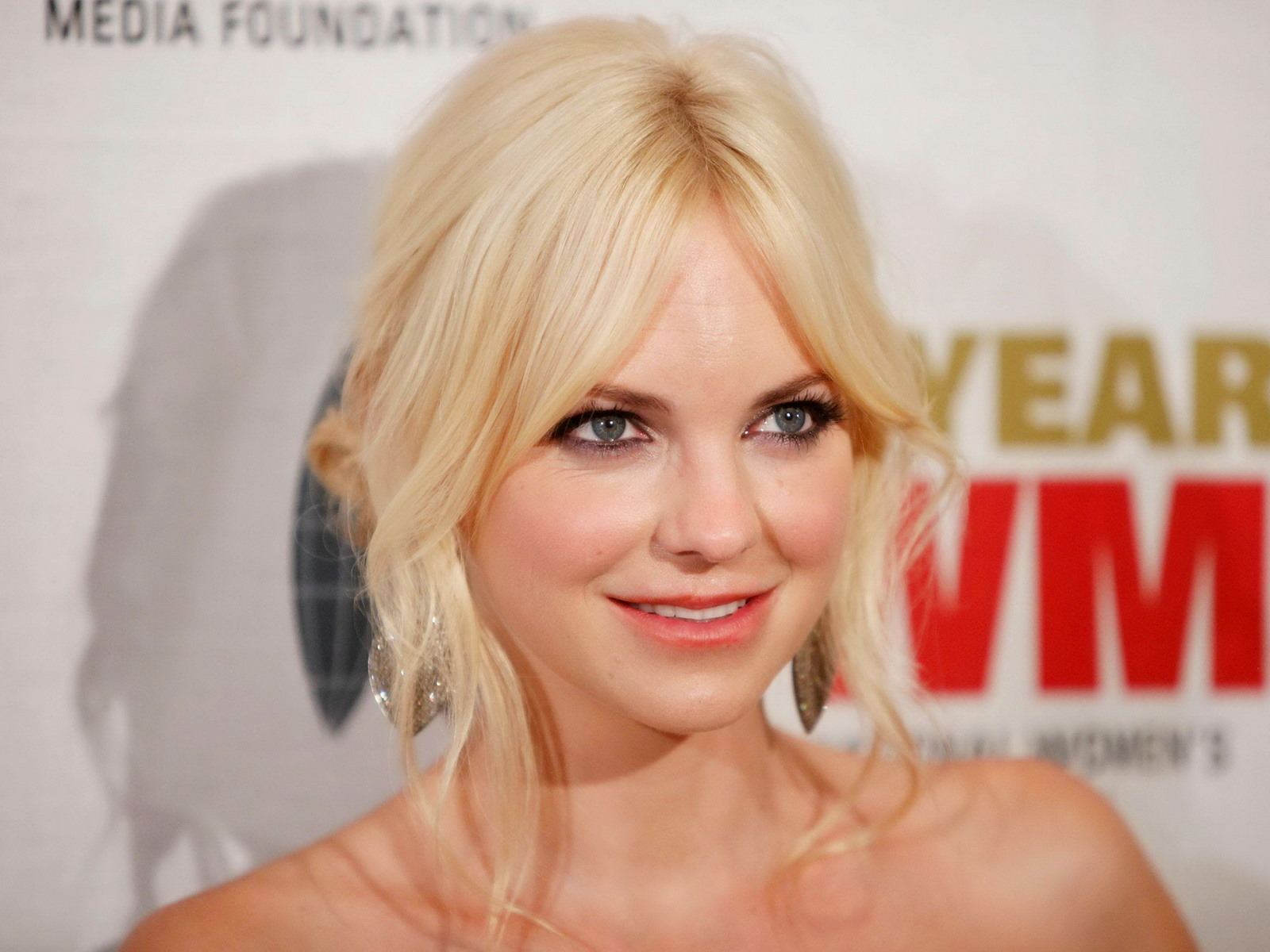 Anna Faris Modelling Wallpaper Hd Free Download