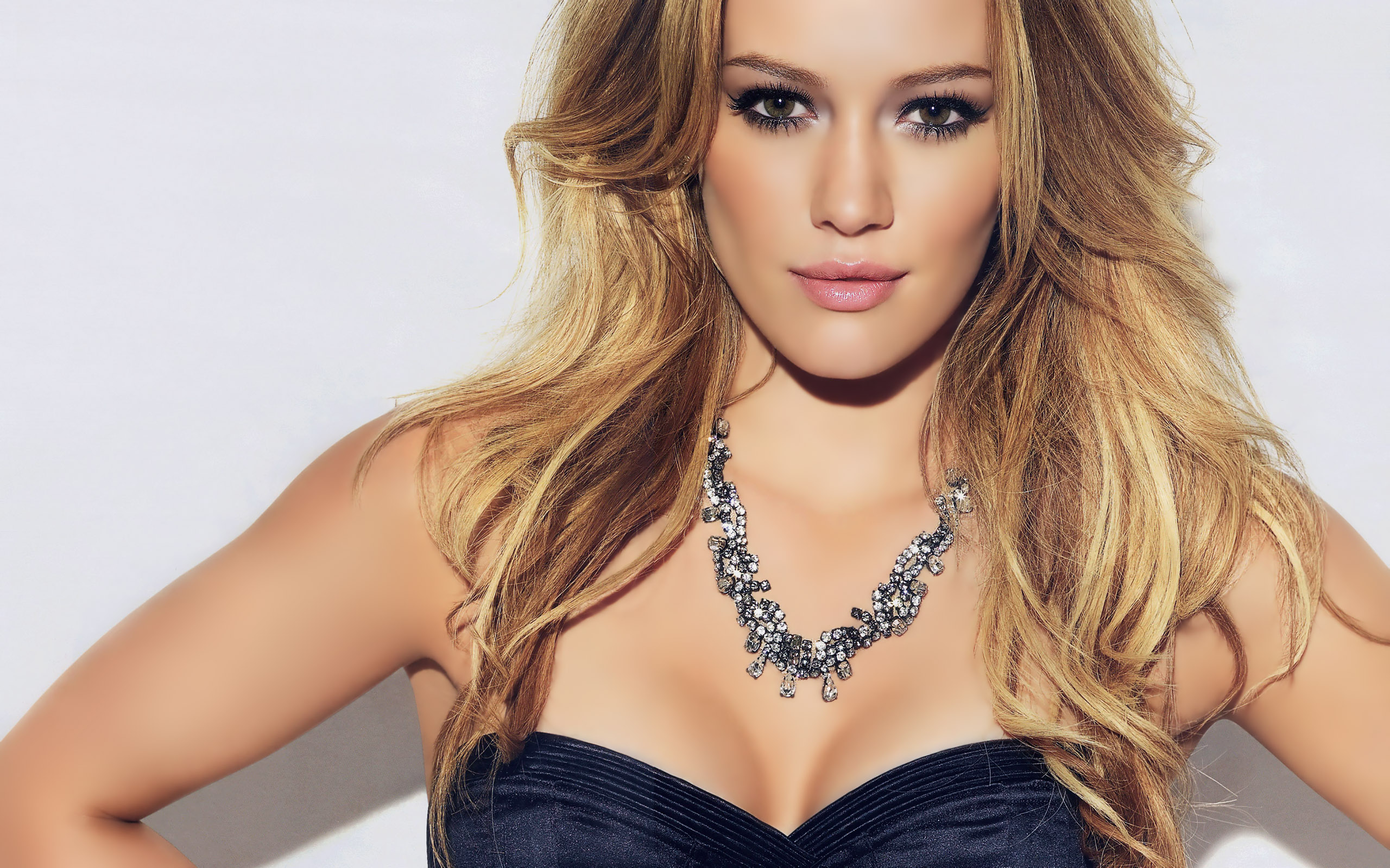 Amazing Hilary Duff Stunning Hot Pose With Cute Smile Free Mobile Hd Background Images Desktop
