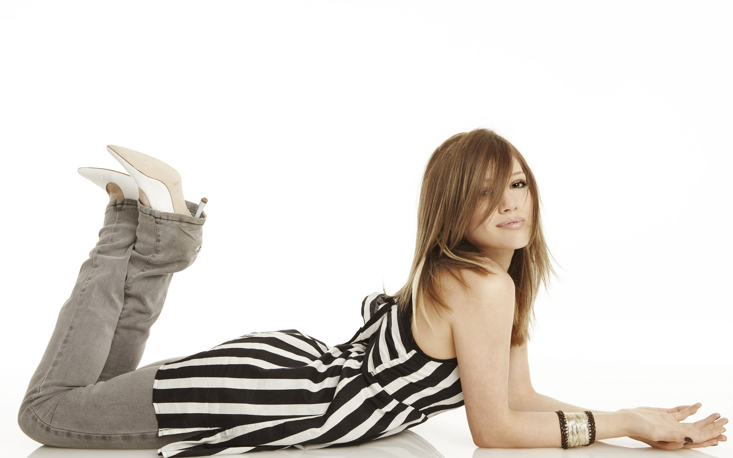 Desktop Hilary Duff Cute Sleepping Style Pose Free Background Computer Photo Hd