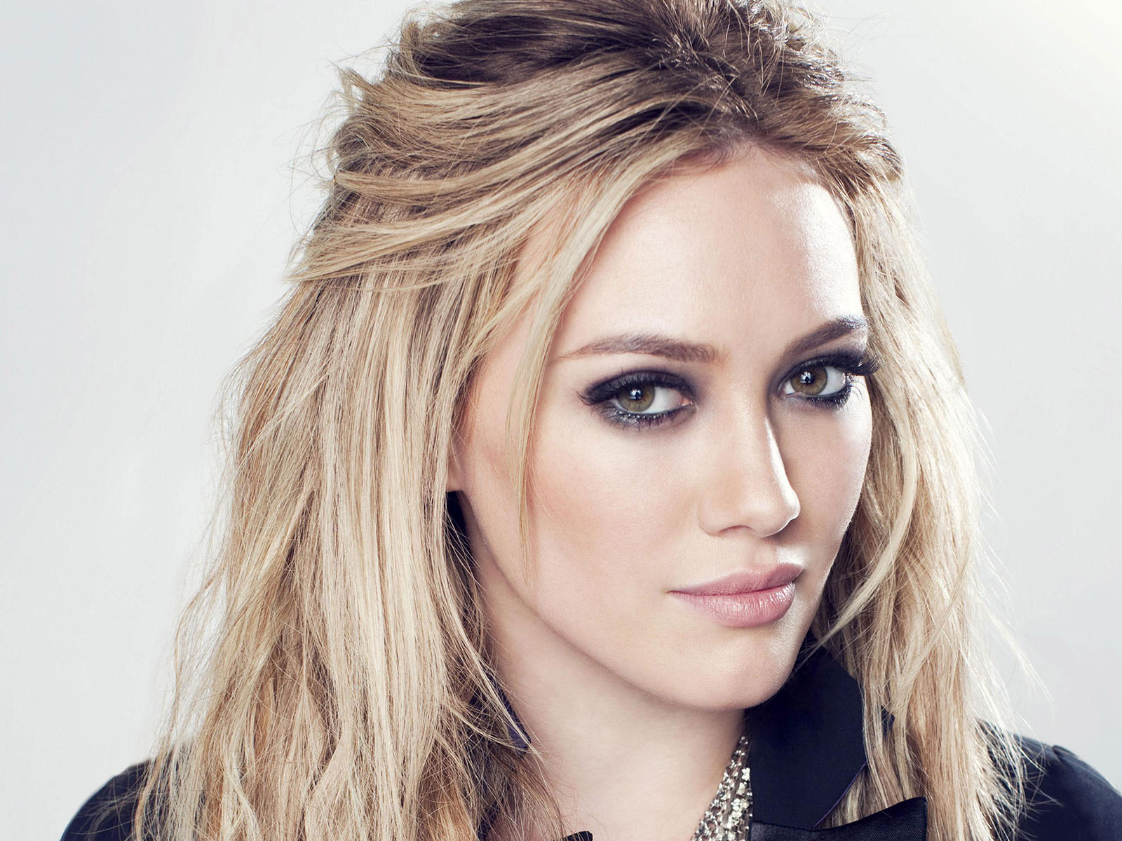 hd hilary duff stunning hot eye look pose free background download laptop wallpaper