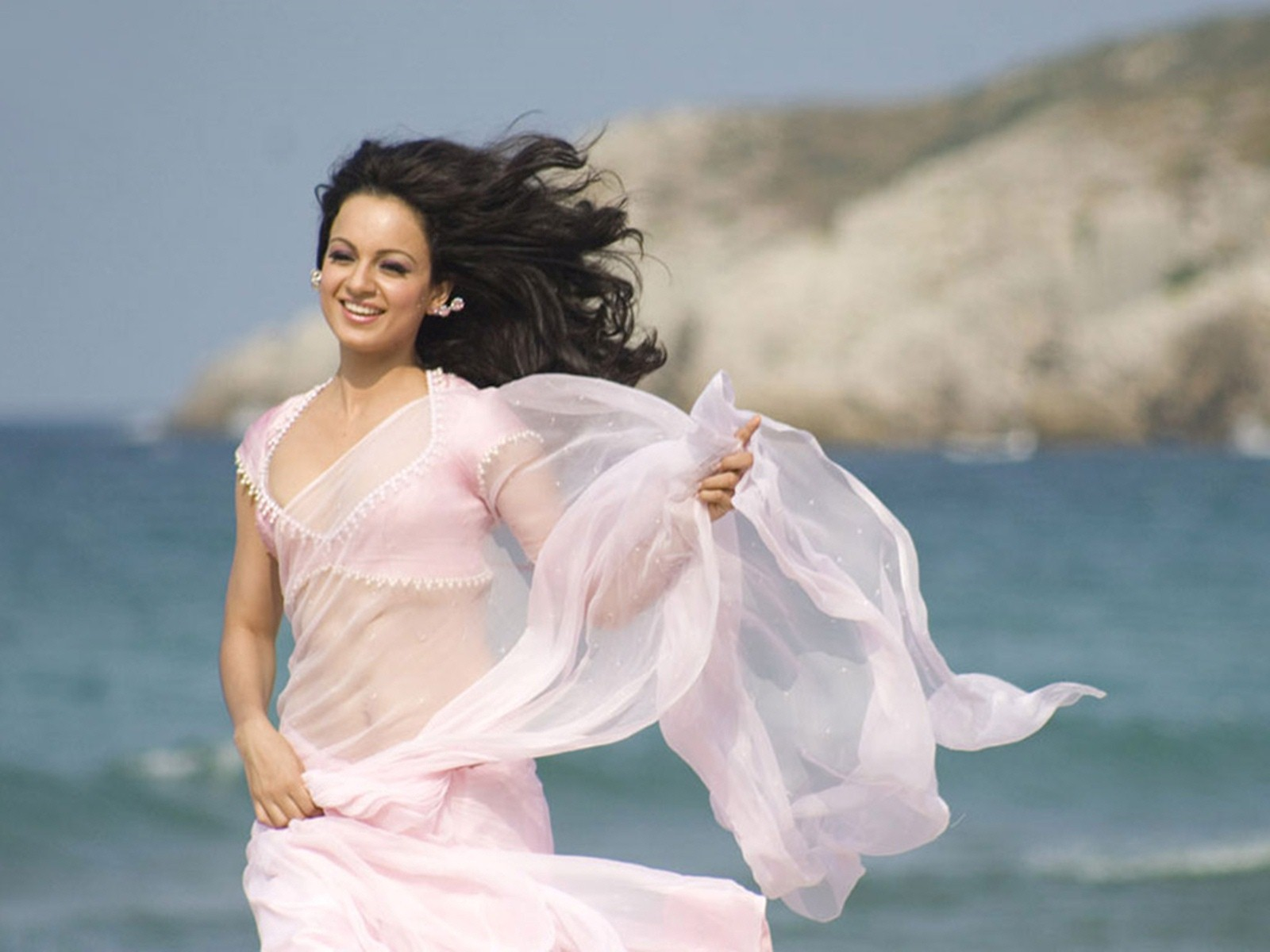 amazing kangana ranaut smiling in run background mobile free hd download photos