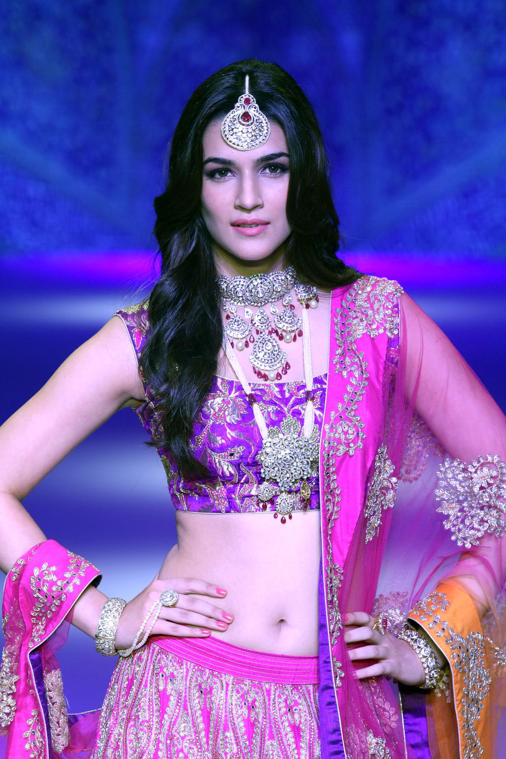 Amazing Kriti Sanon Cute Style Pictures Mobile Background Hd Free Desktop