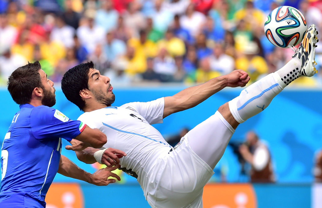 desktop luis suarez football soccer player hd free kick ball air goal background mobile download wallpapers