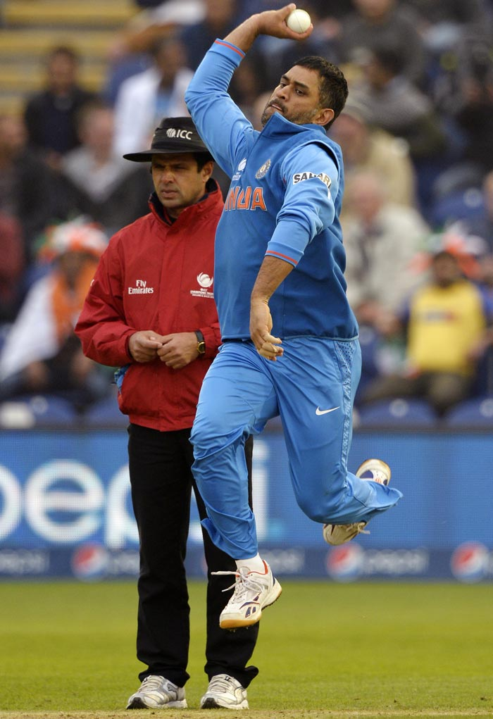 hd mahender singh dhoni bowling style pose background free download laptop photo