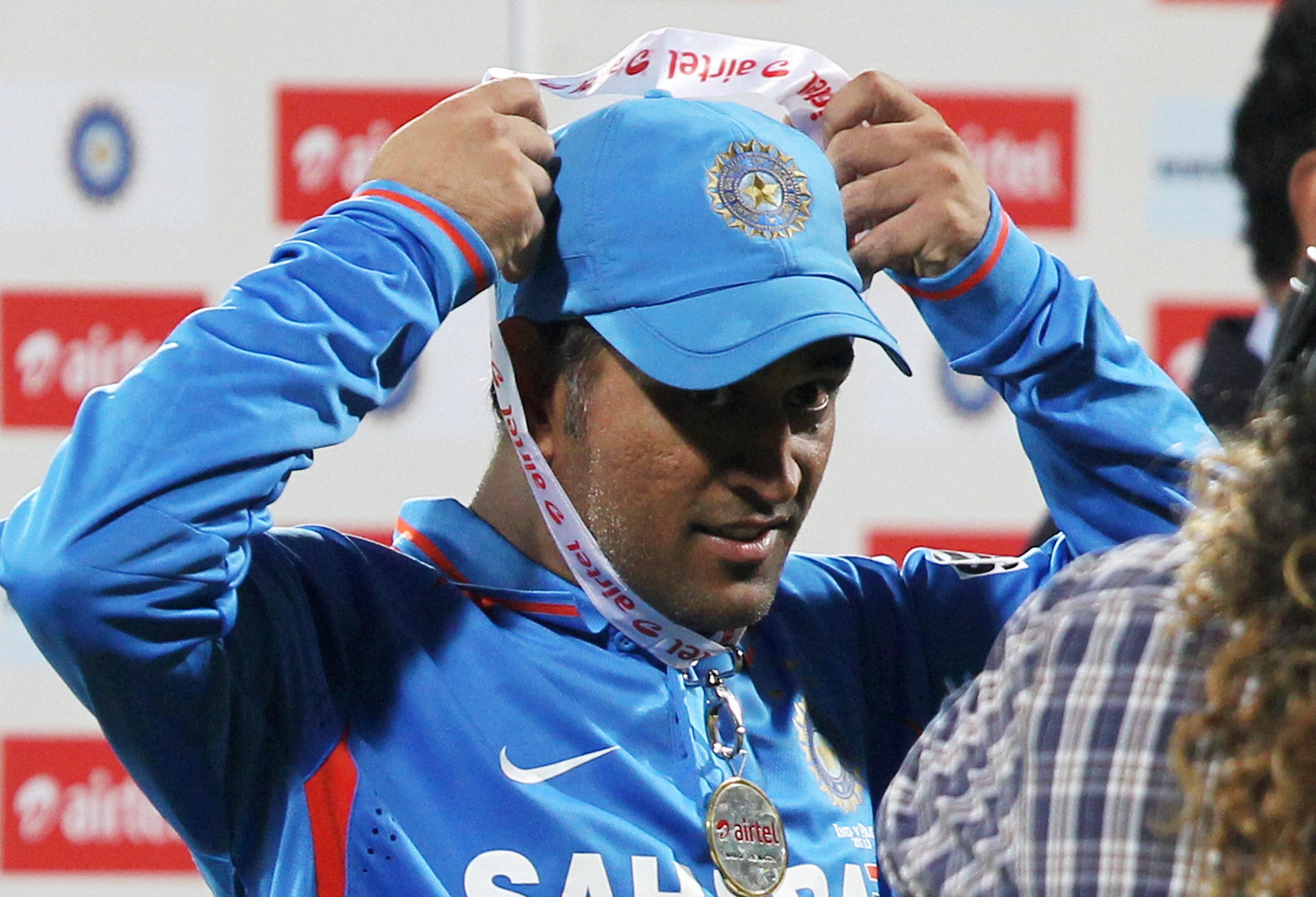 Thala Dhoni Lovely Receiving Airtel Medal Still Background Mobile Free Desktop Images Hd