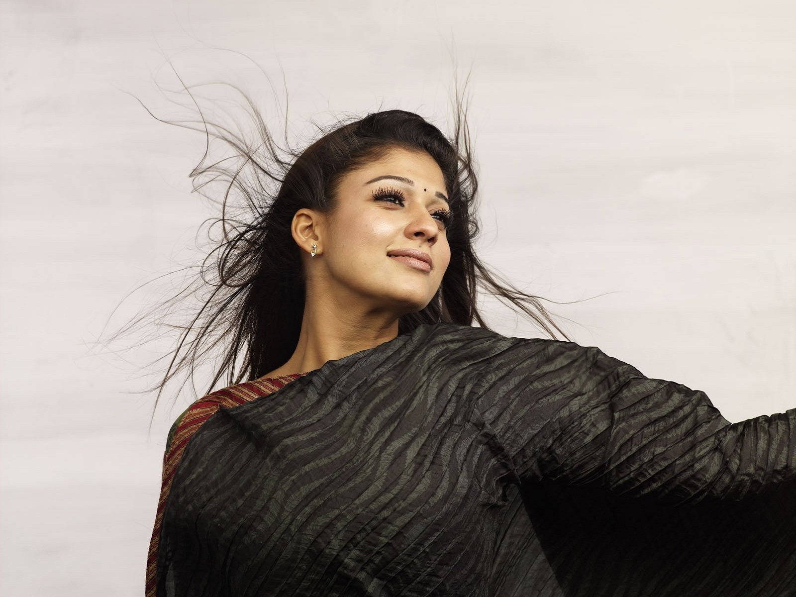 nayanthara in black saree gorgeous photo