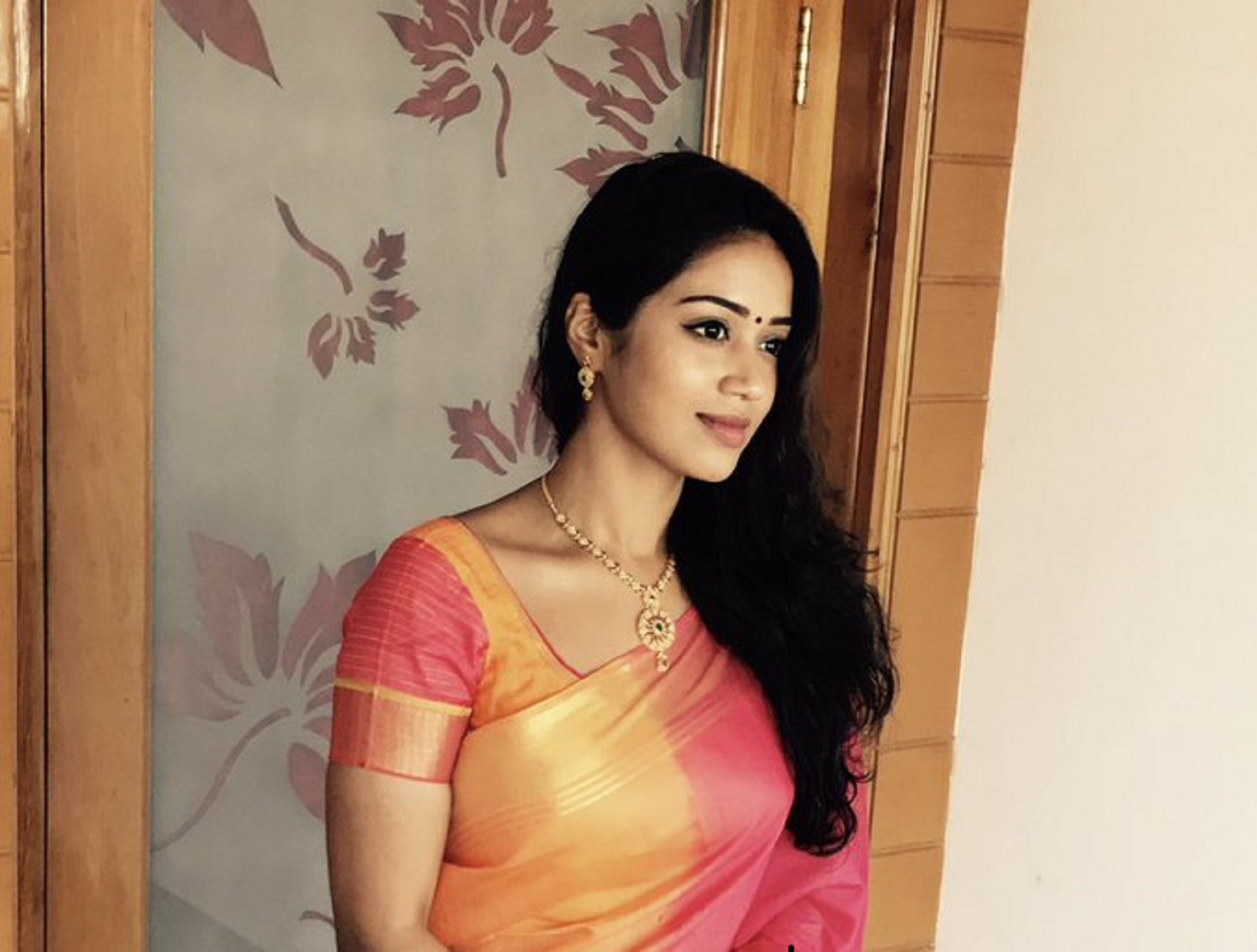 hd beautiful nivetha pethuraj still in saree desktop photo download