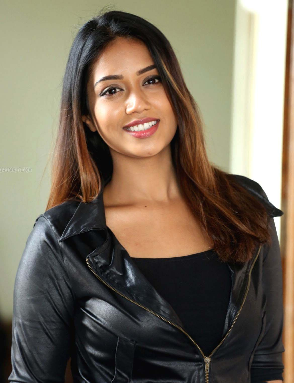 nivetha pethuraj smile hd trendy images