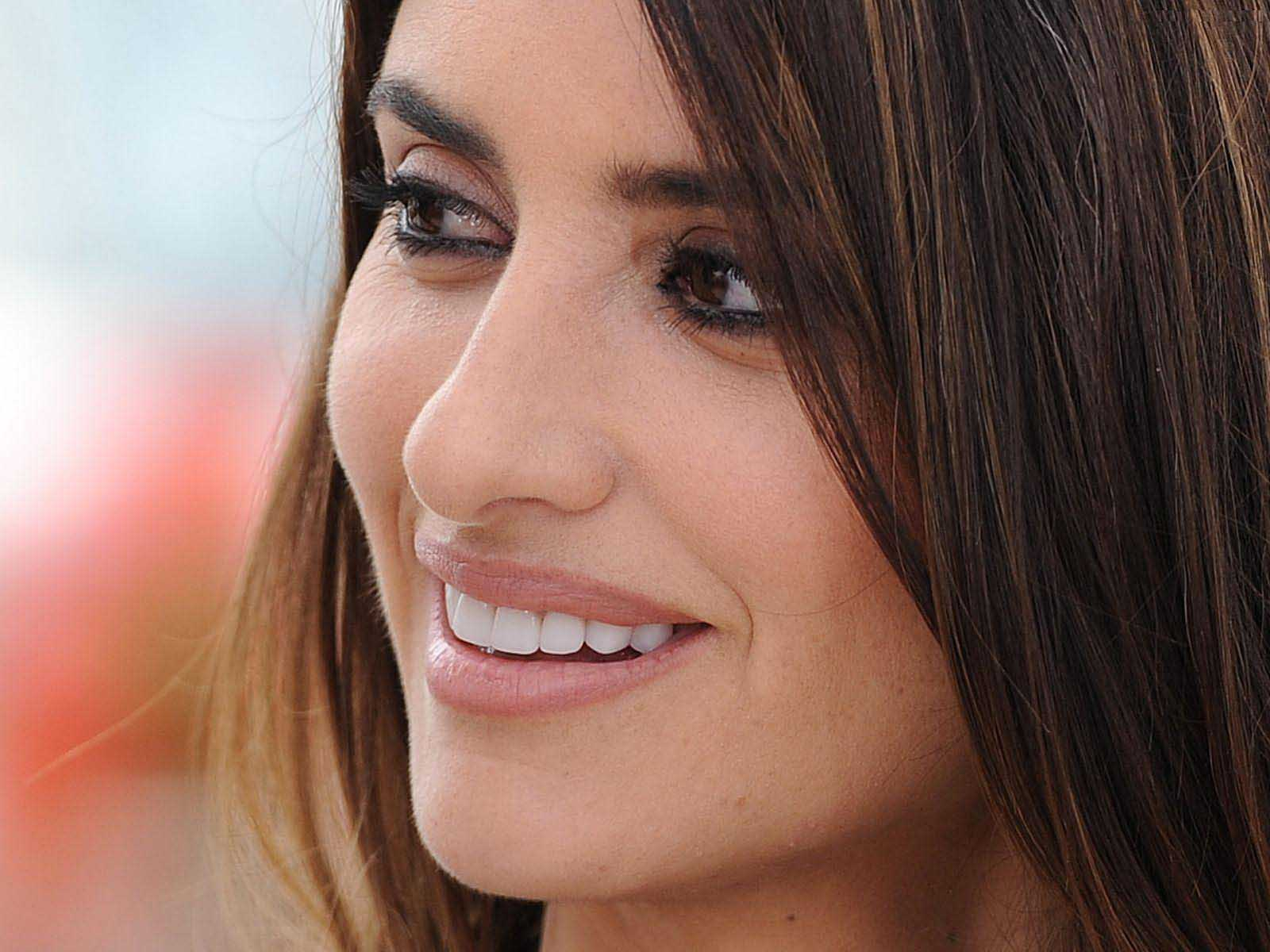 penelope cruz smiling hd wallpaper