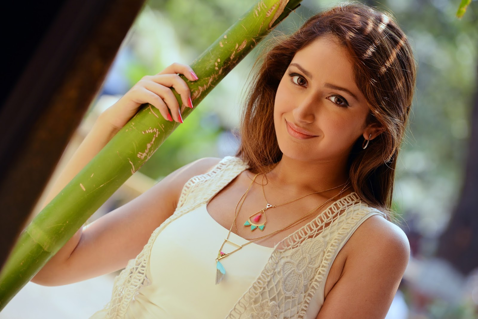 celebrities actress sayesha saigal hd photos