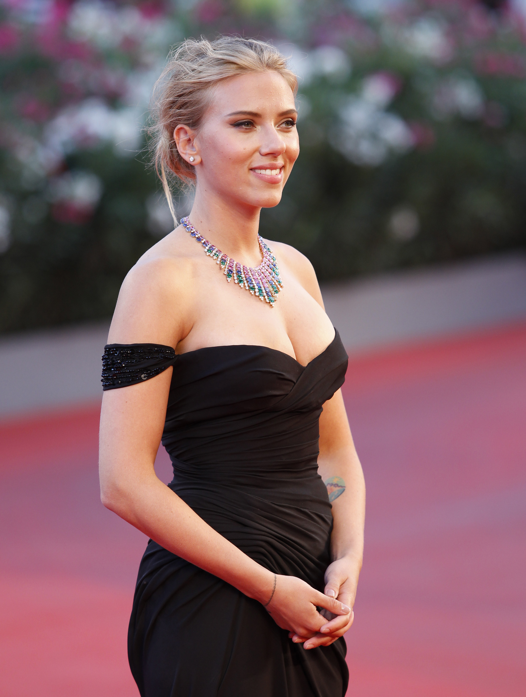 amazing scarlett johansson beautiful smile face mobile free background wallpaper