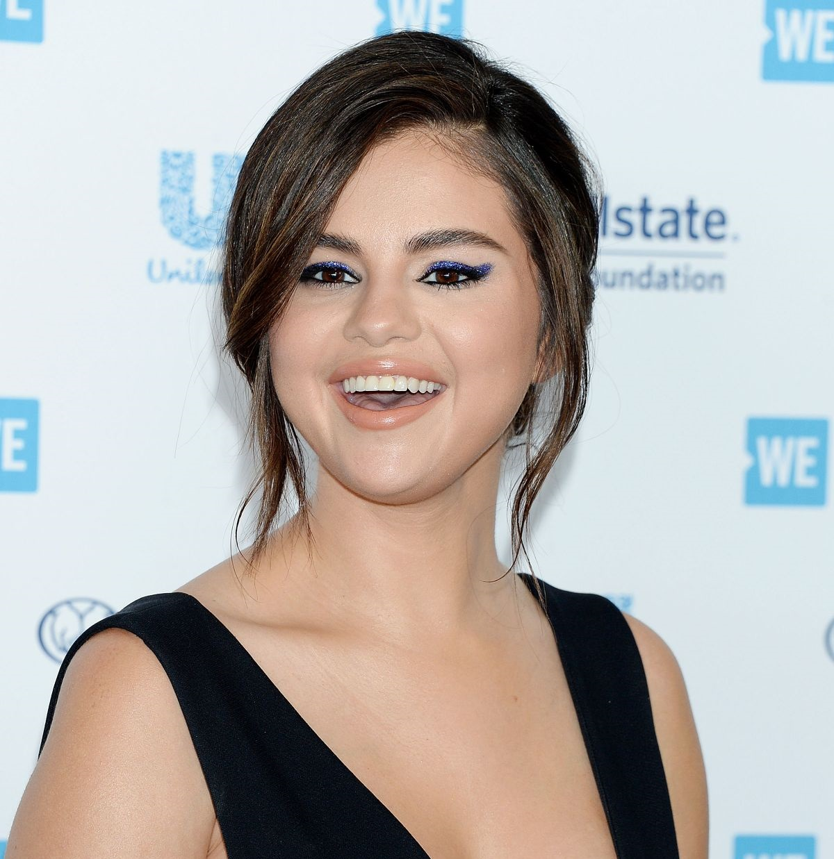Smiling Selena Gomez Hollywood Actress Wallpapers