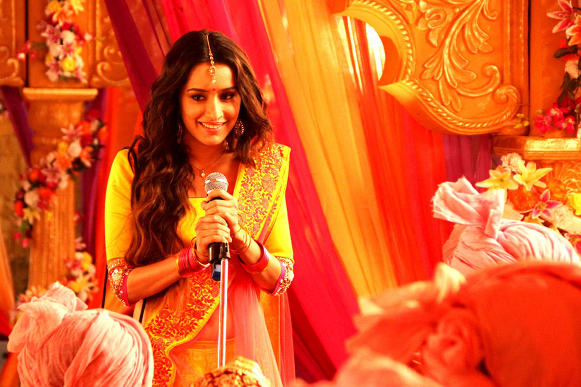 Hd Shraddha Kapoor Beautiful Singing Style Background Hd Mobile Download Images