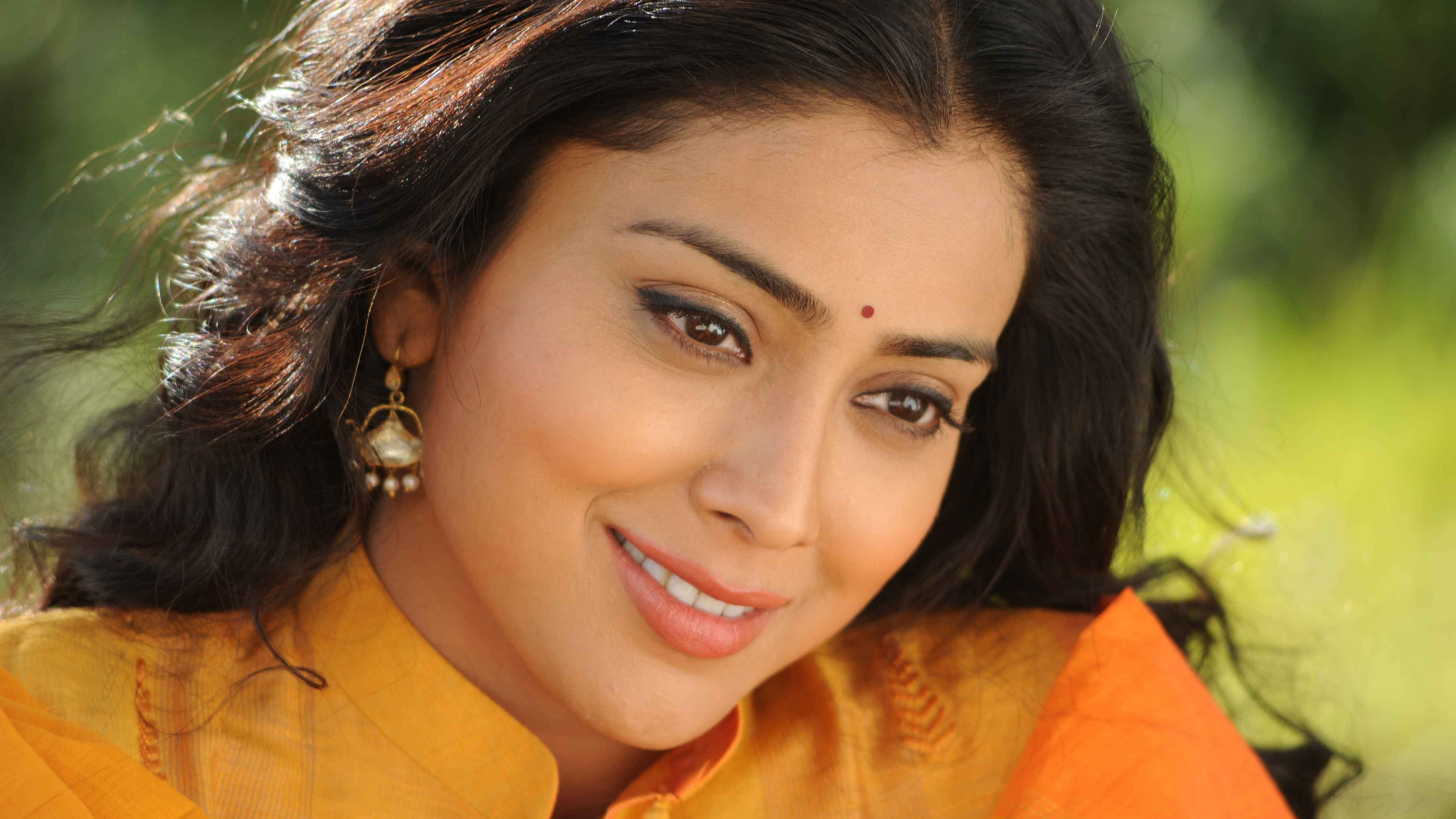 beautiful shriya saran smile face free wallpaper mobile background