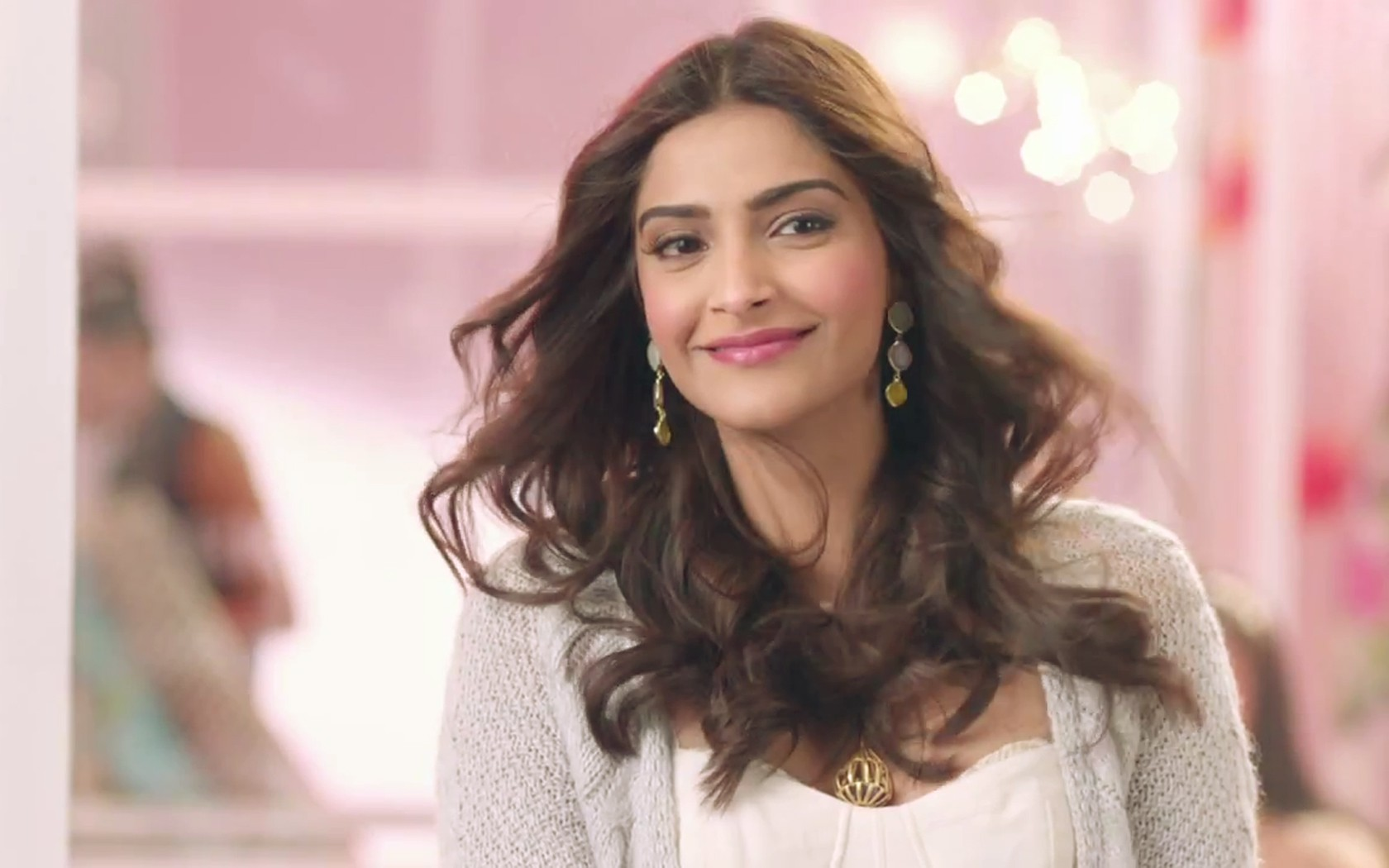 free sonam kapoor smiling face hd wallpaper
