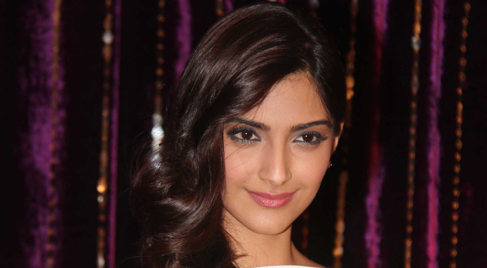 sonam kapoor smiling face hd photo