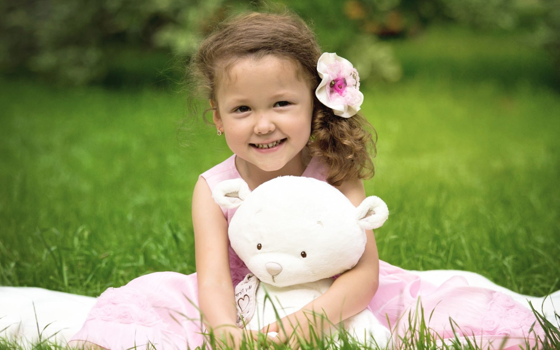 child girl with teddy bear wallpaper