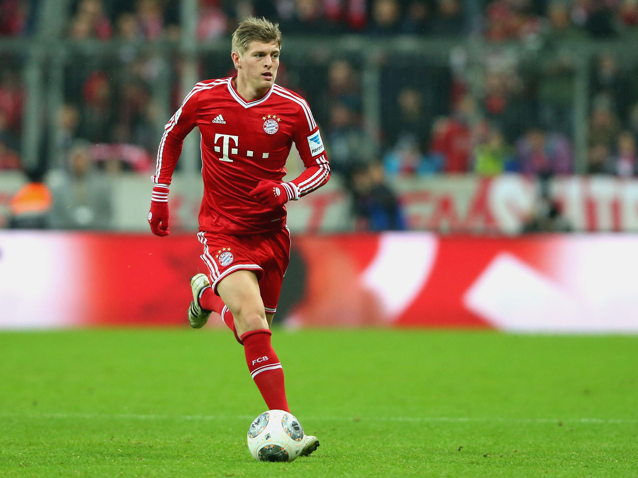 Photo free download hd desktop wallpaper backgrounds images page 9 download toni kroos football soccer player free mobile defence ball hd background desktop wallpaper photos voltagebd Choice Image