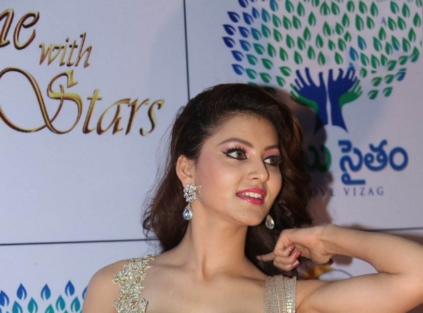 urvashi rautela cute smile high definition image wallpaper free download