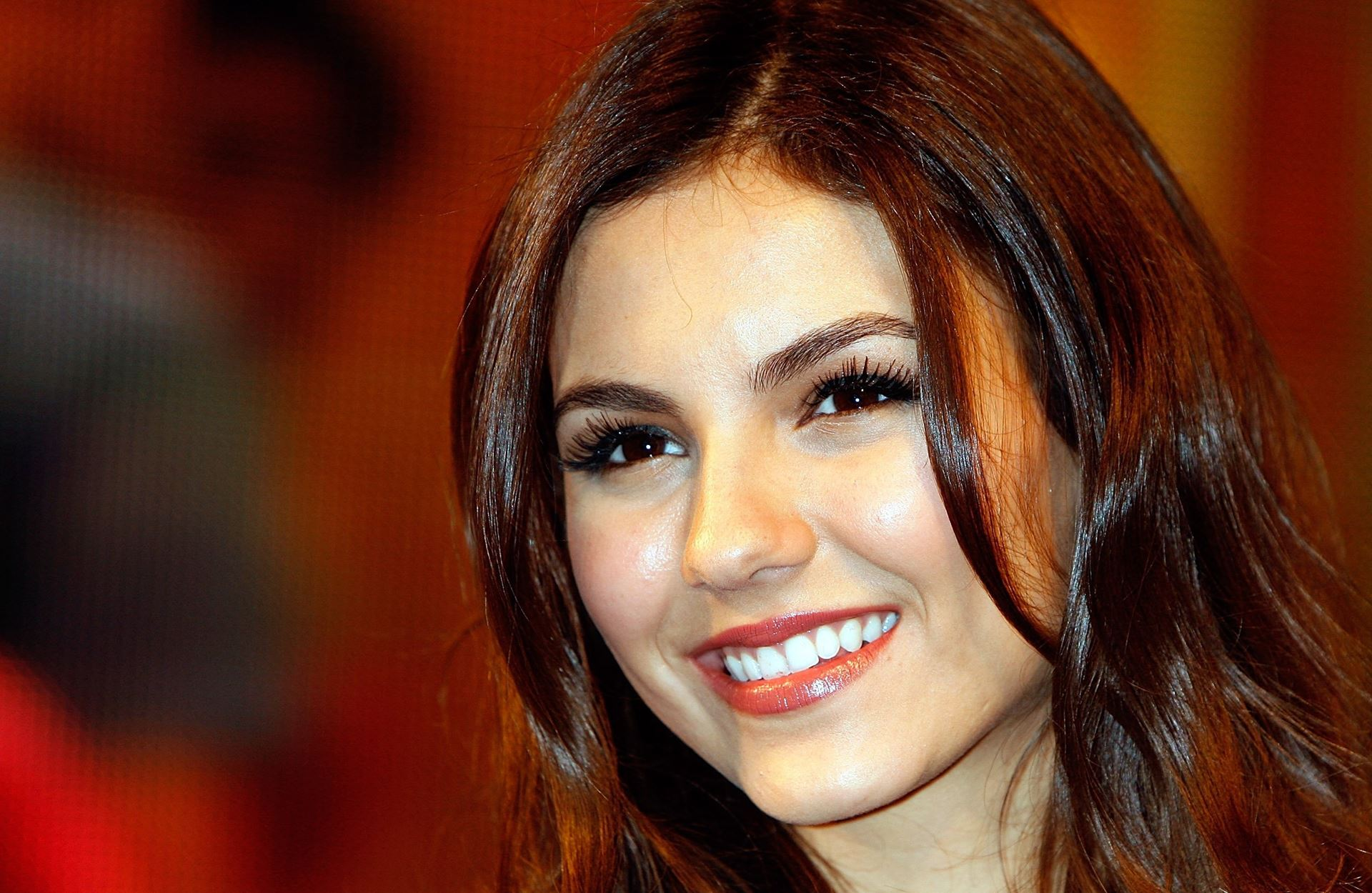 cute victoria justice nice smiling pose free download laptop background photo hd