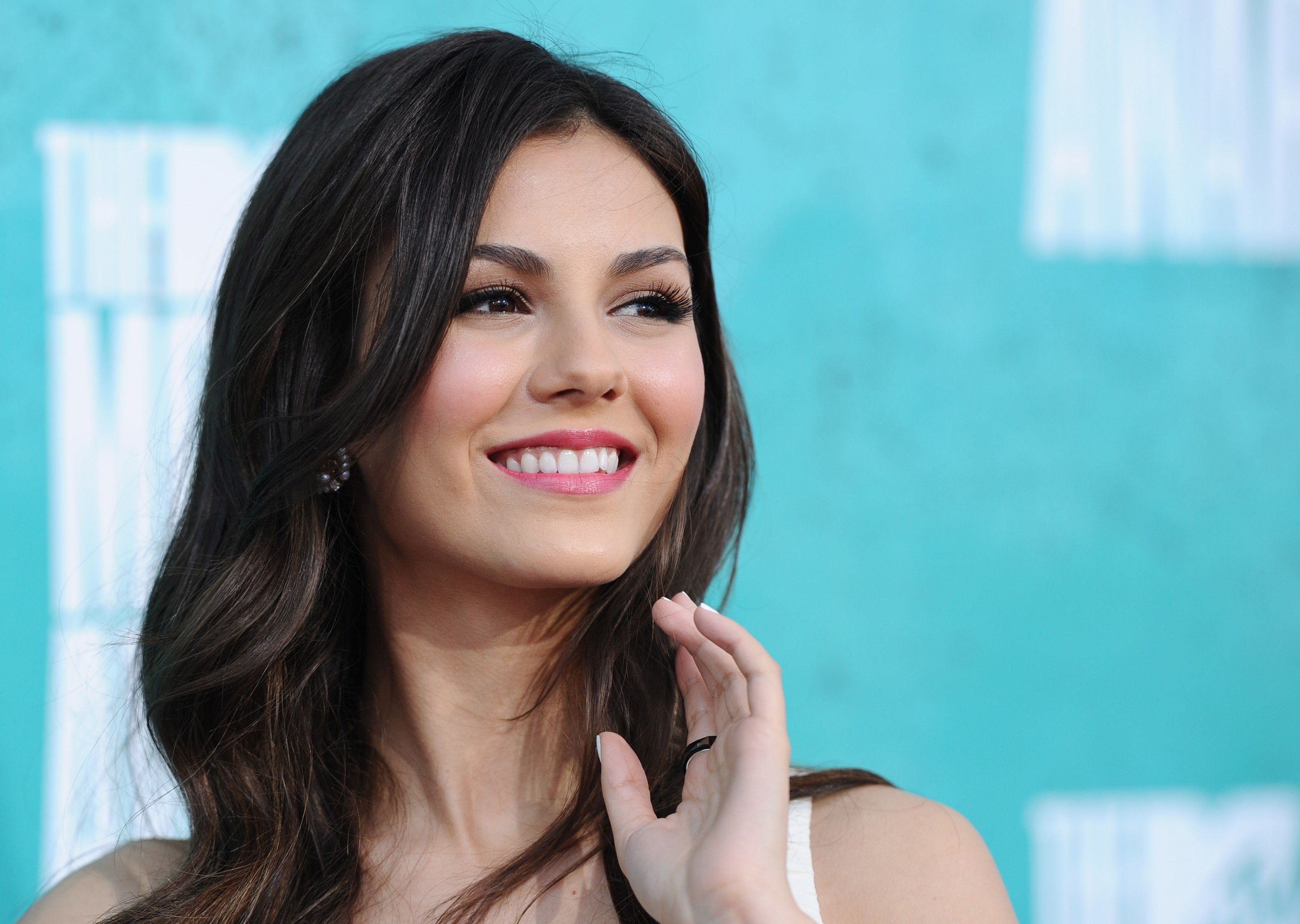 smiling victoria justice cute look laptop background free hd pictures