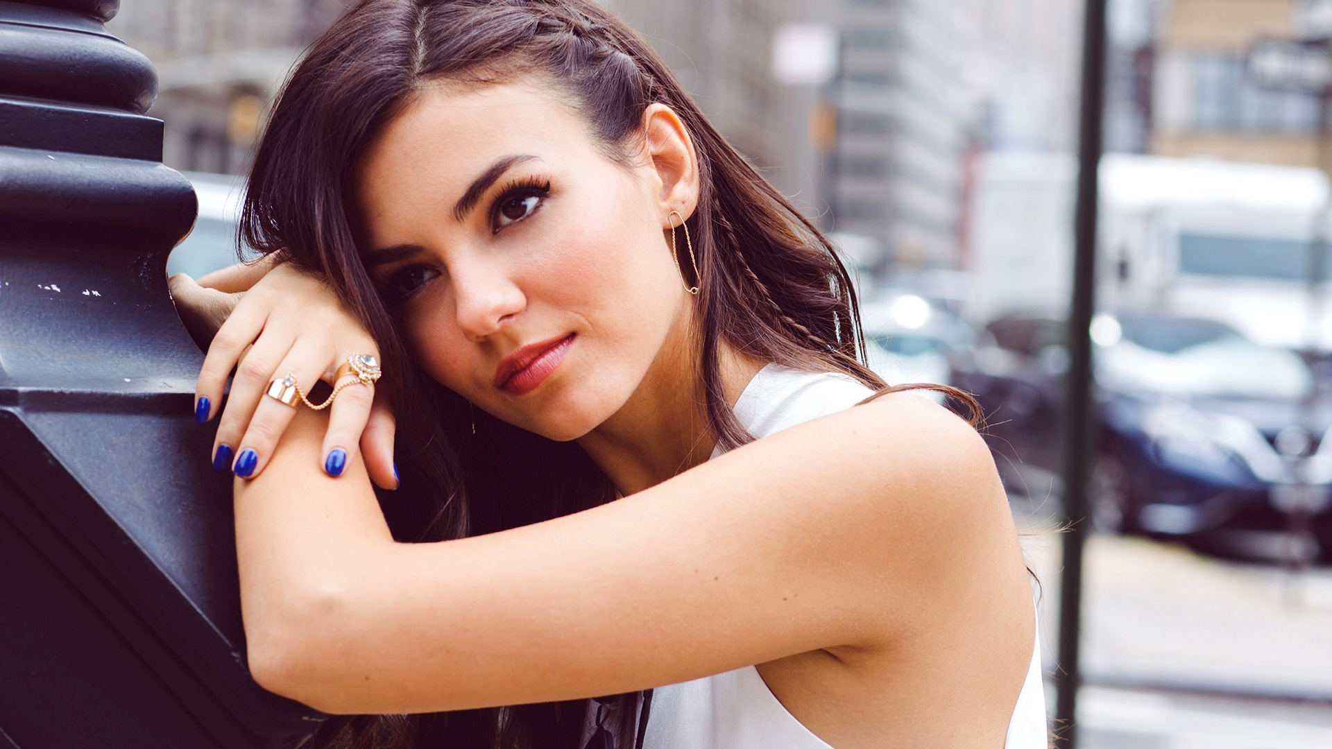 victoria justice fantastic stylish pose background desktop mobile free hd pictures